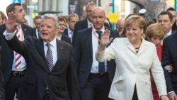 la-chanceliere-allemande-angela-merkel-et-le-president-joachim-gauck-saluent-la-foule-le-3-octobre-2015-a-francfort-a-l-occasion-des-25-ans-de-la-reunification-de-l-allemagne_5434559