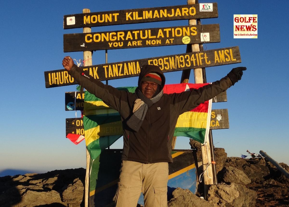 Le drapeau togolais sur le toit de l'Afrique: Séverin Vias Adandogou,  le premier Togolais à atteindre le Peak Uhuru au sommet du Mont Kilimandjaro