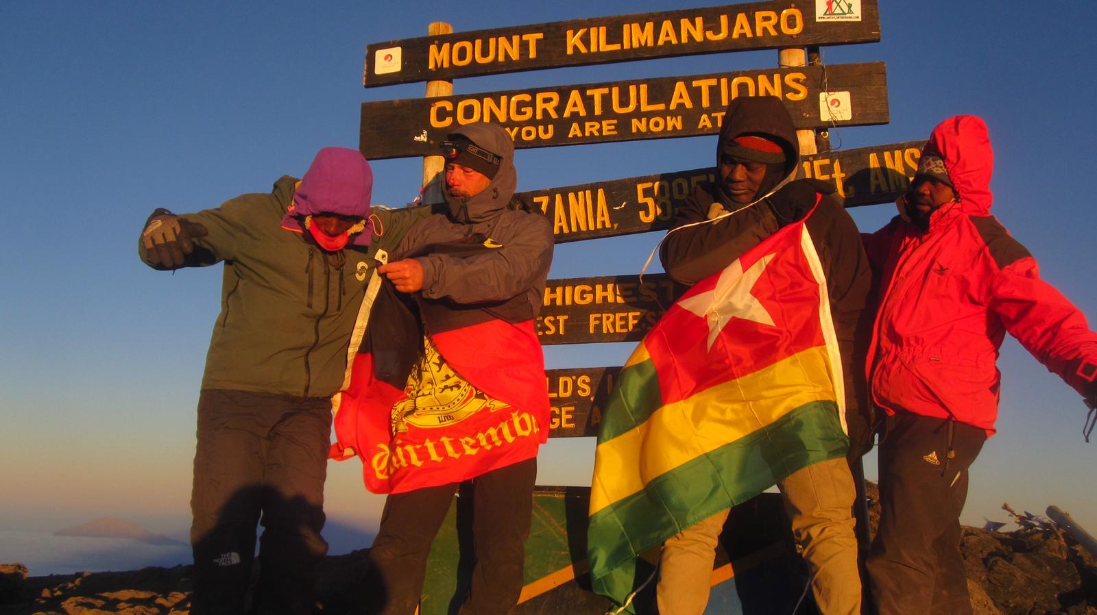 Togo: Severin Vias hisse le drapeau national  sur le mont Kilimandjaro